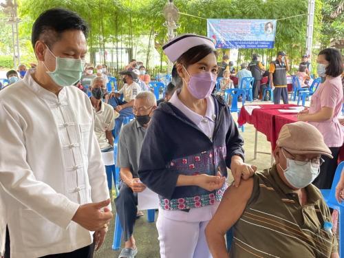 ตรวจเยี่ยมให้กำลังใจทีมแพทย์ พยาบาล เจ้าหน้าที่สาธารณสุข