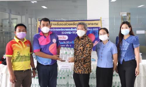 ท่องเที่ยวและกีฬาจังหวัดระนอง มอบน้ำดื่ม เพื่อช่วยเหลือผู้ได้รับผลกระทบจากการแพร่ระบาดของโรคติดเชื้อไวรัสโคโรนา 2019
